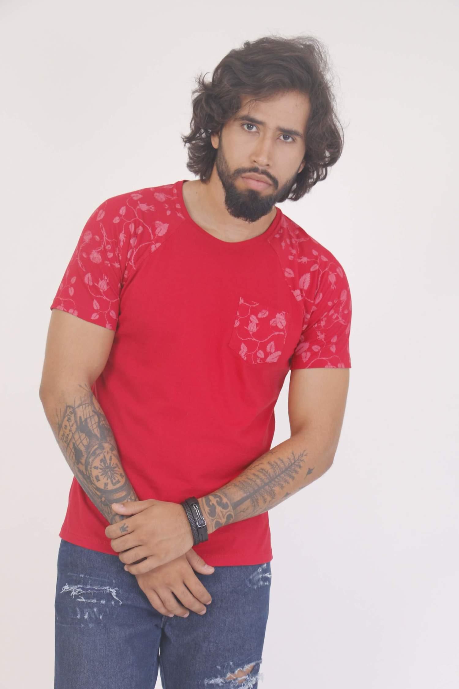 Camiseta Vermelha com Manga Estampada