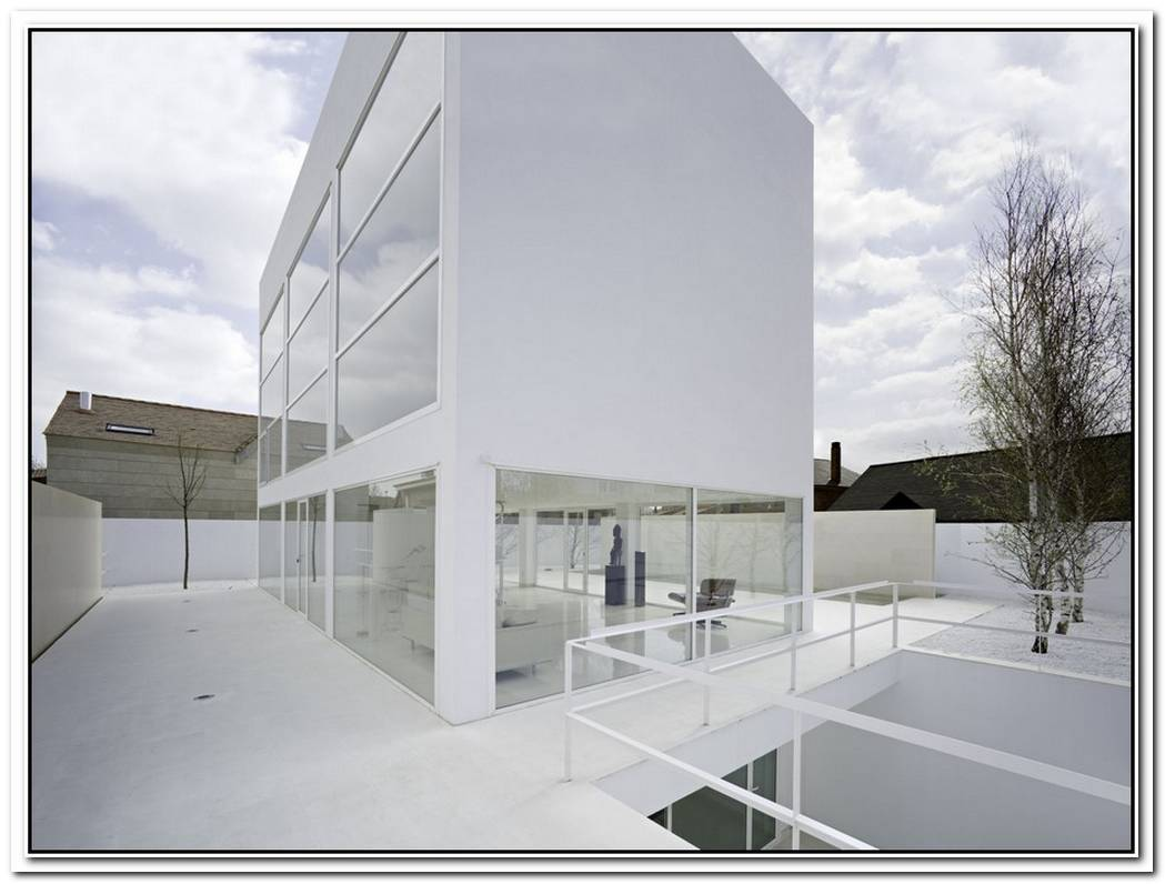 Minimalist White House In Zaragoza