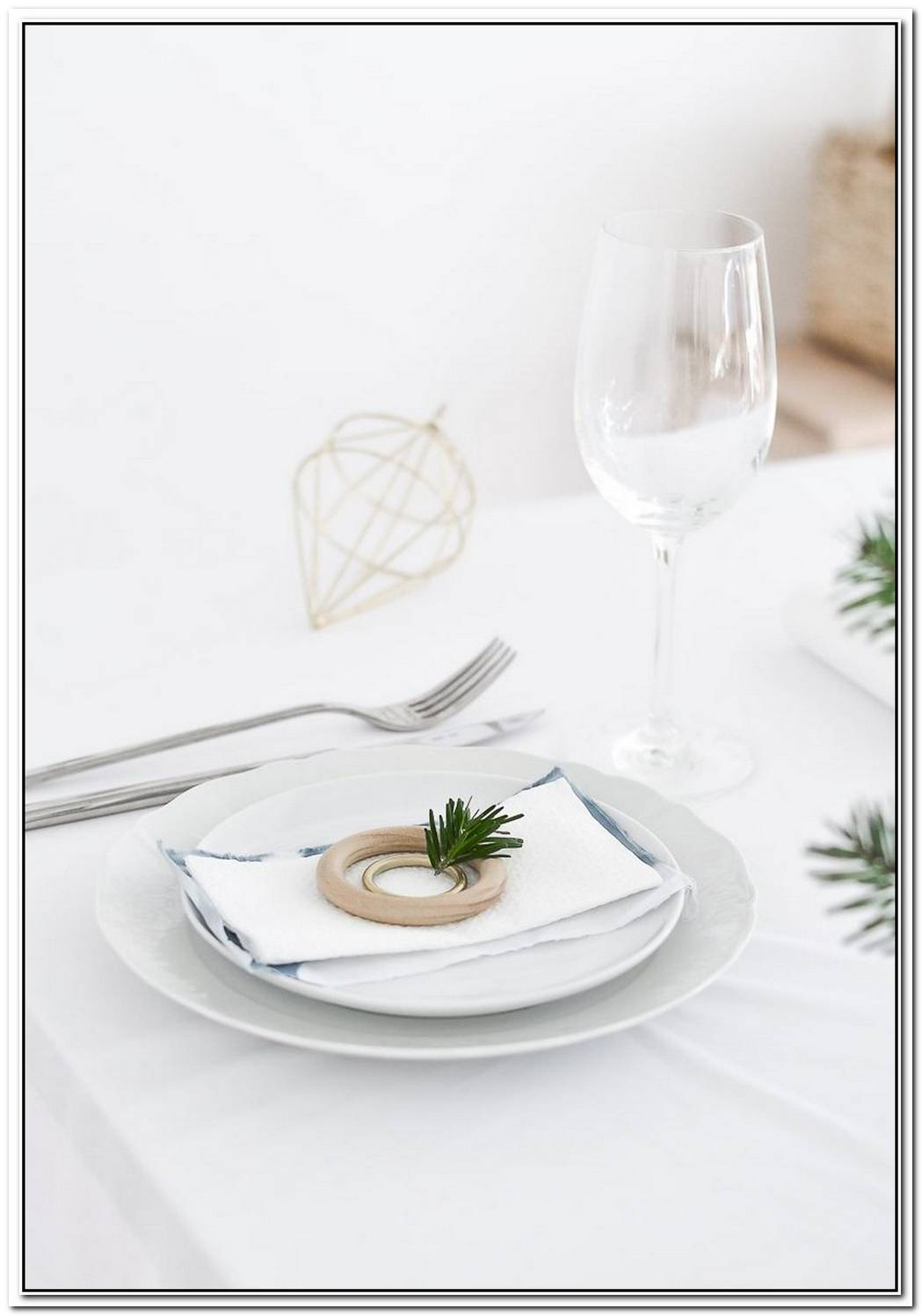Pretty Table Setting Idea For Christmas