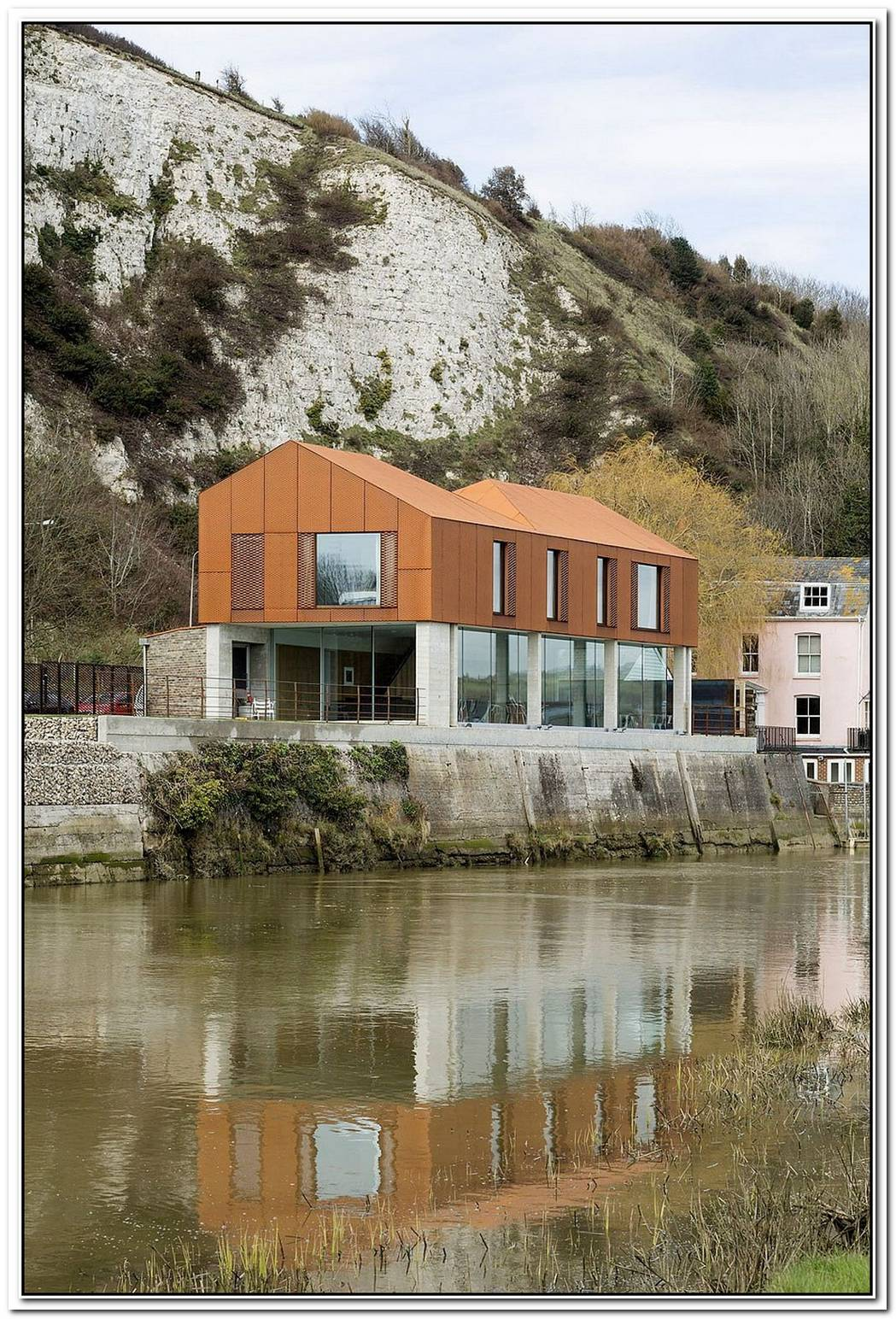 South StreetRiverside English Home In CorTen Steel And Concrete