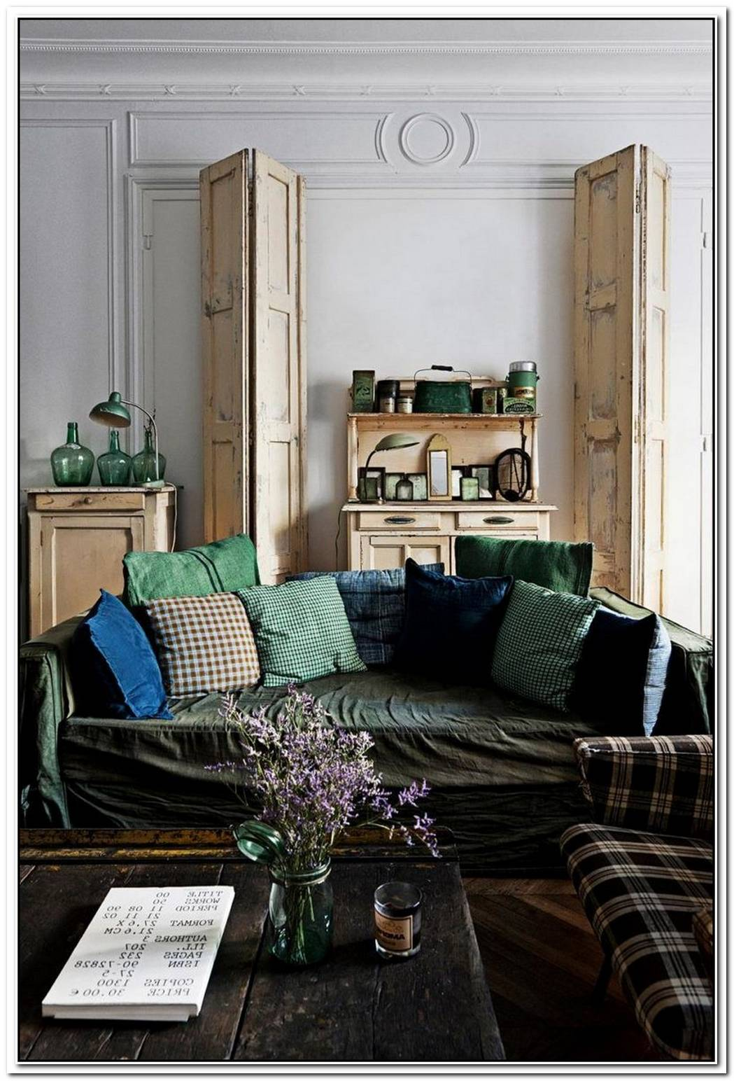 Sweet Parisian Apartment With A Bright Carpet In Living Room