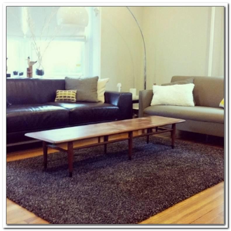 2 Verschiedene Sofas Im Wohnzimmer