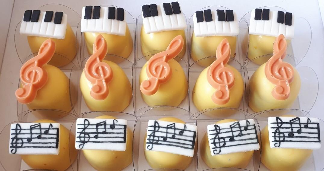 15 Trufas ao leite em formato de Notas Musicais