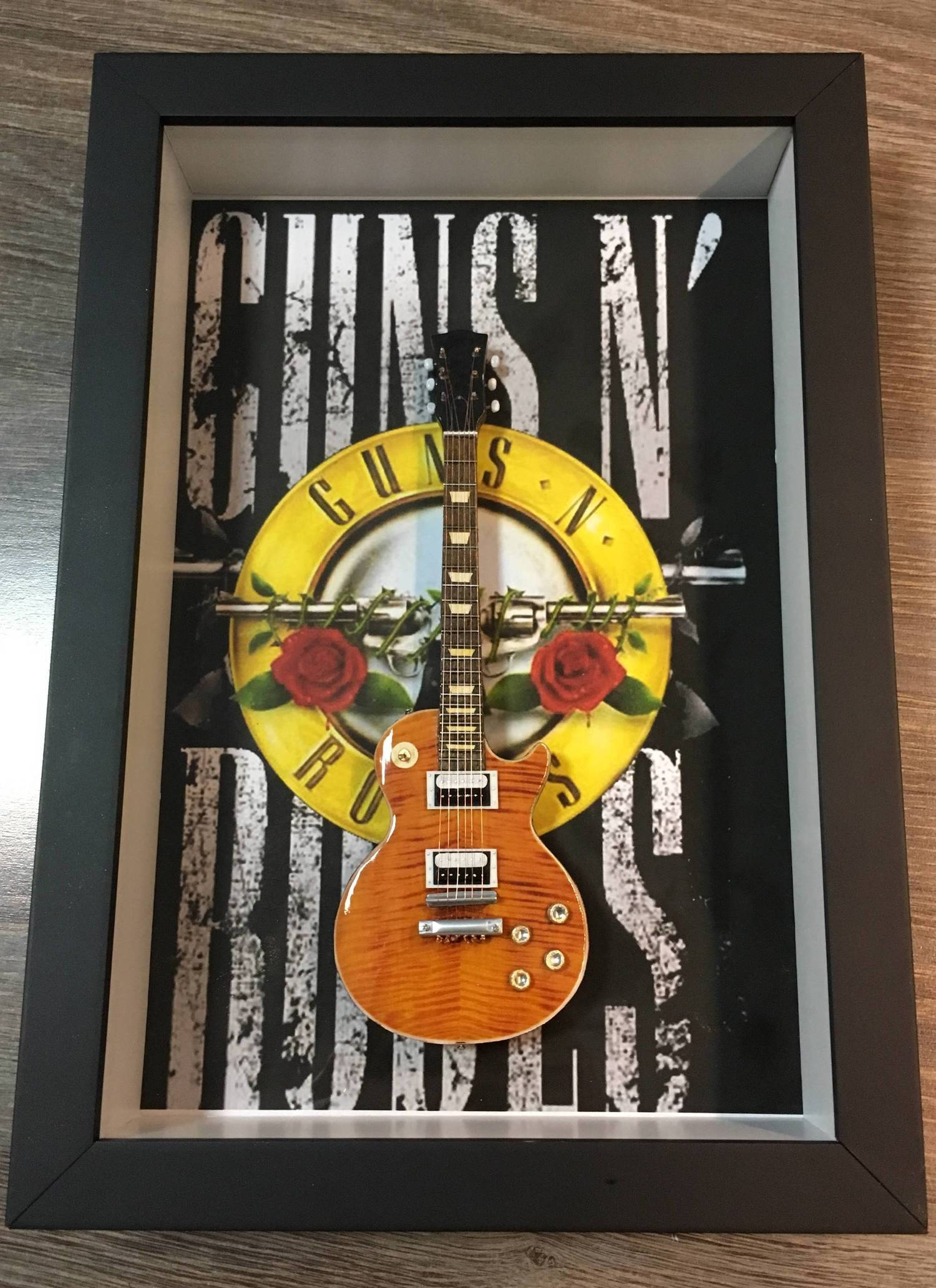 MiniLuthieria - Guns N' Roses - Quadro Slash com Mini Guitarra