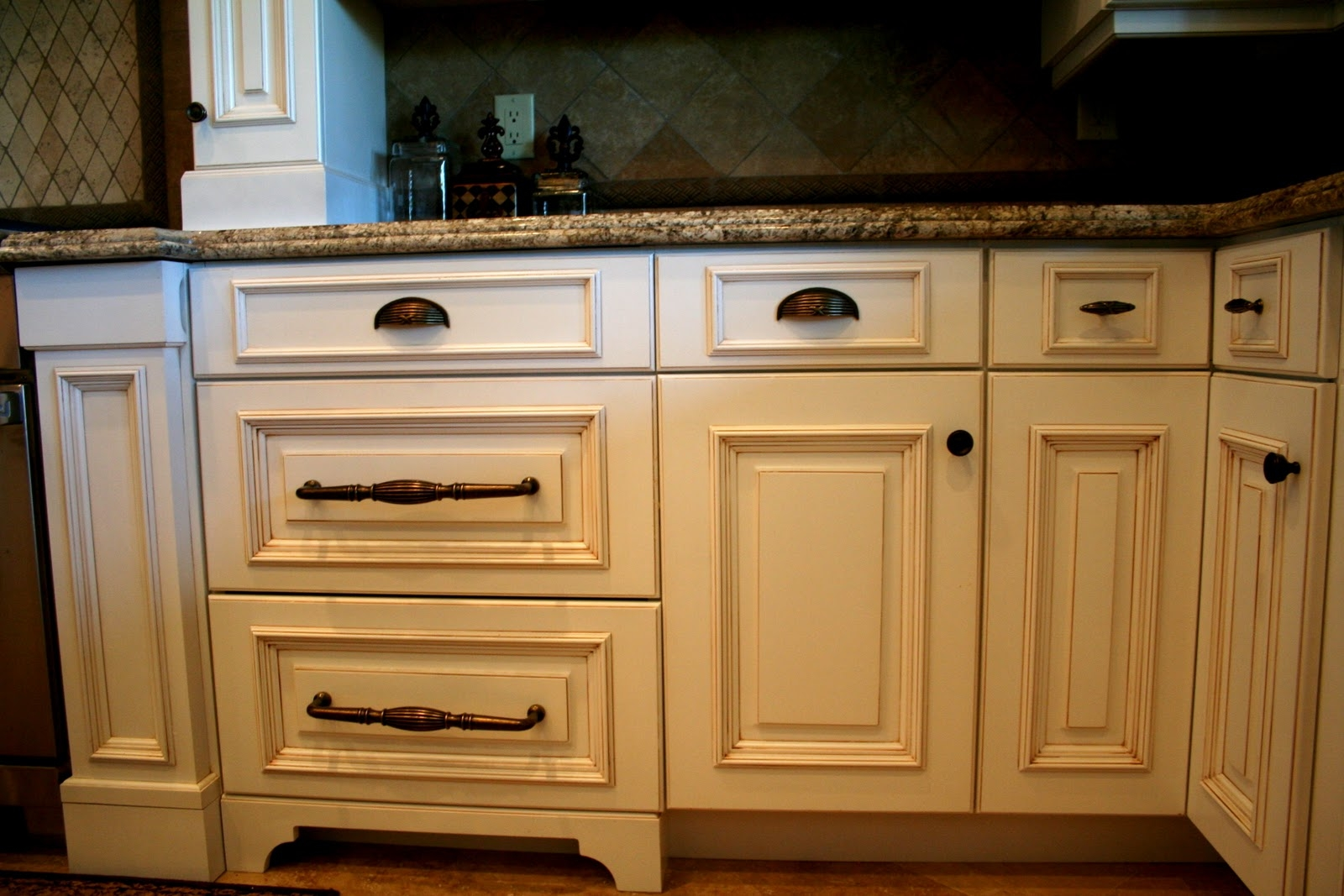 Mixing Knobs And Handles On Kitchen Cabinets