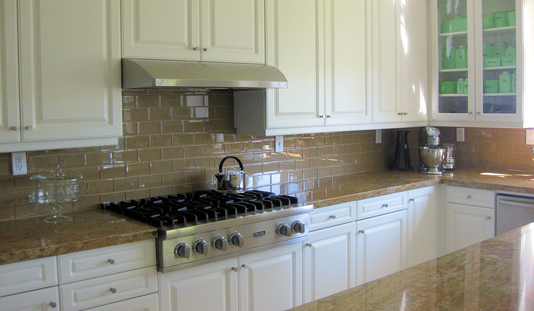 White Kitchen Cabinets With Glass Tile Backsplash
