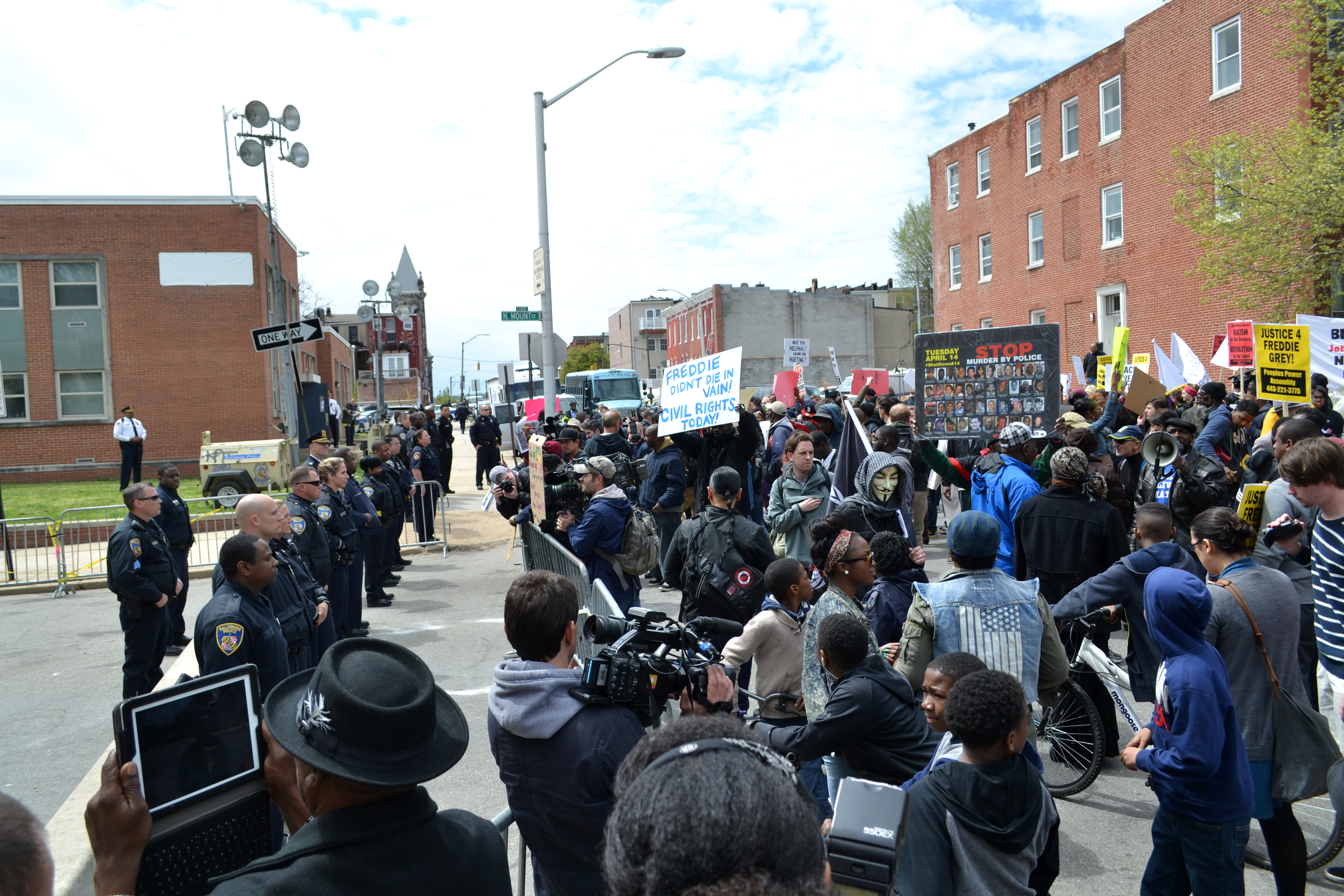 Protest at the Baltimore Police Department Western District building at N. Mount St. and Riggs Ave. / Source: WikiCommons by Veggie