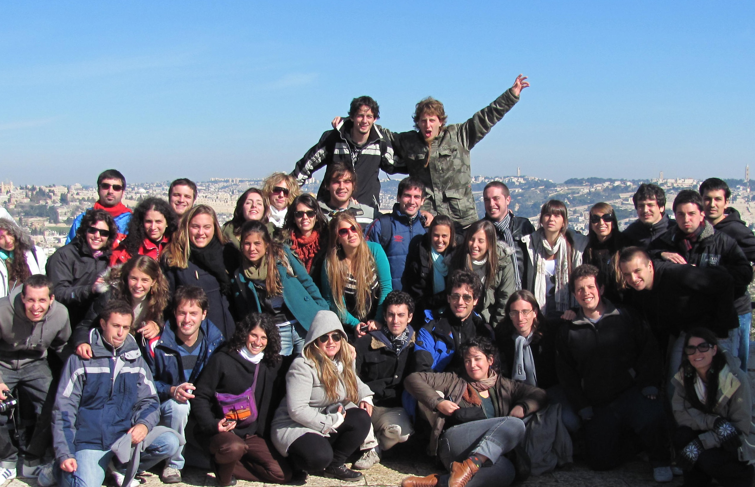 Grupo_de_Taglit by Wikicommons user Luqux. Birthright Israel Taglit group in Israel.