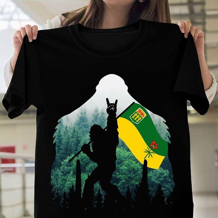 Bigfoot With Saskatchewan Flag T Shirt cotton t-shirt Hoodie Mug