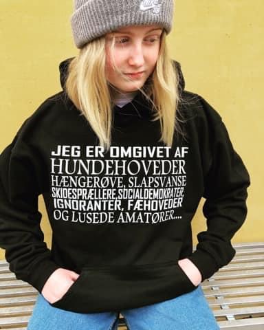 Jeg Er Omgivet Af Hundehoveder Hangerove Slapsvanse Skidespraellere Socialdemokrater T Shirt cotton t-shirt Hoodie Mug
