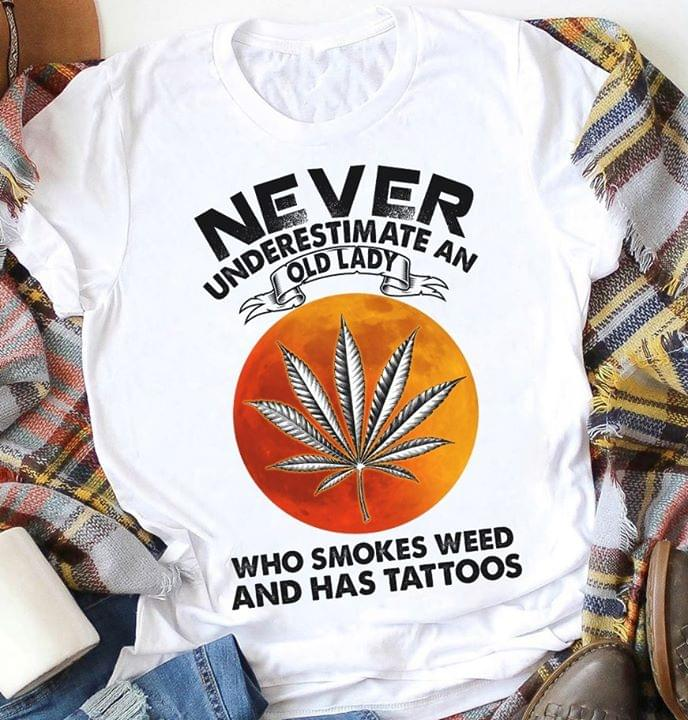 Never Underestimate An Old Lady Who Smokes We Ed And Has Tattoos For Stoner T Shirt cotton t-shirt Hoodie Mug