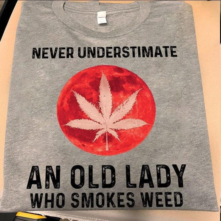 Never Underestimate An Old Lady Who Smokes W Eed For Lovers cotton t-shirt Hoodie Mug
