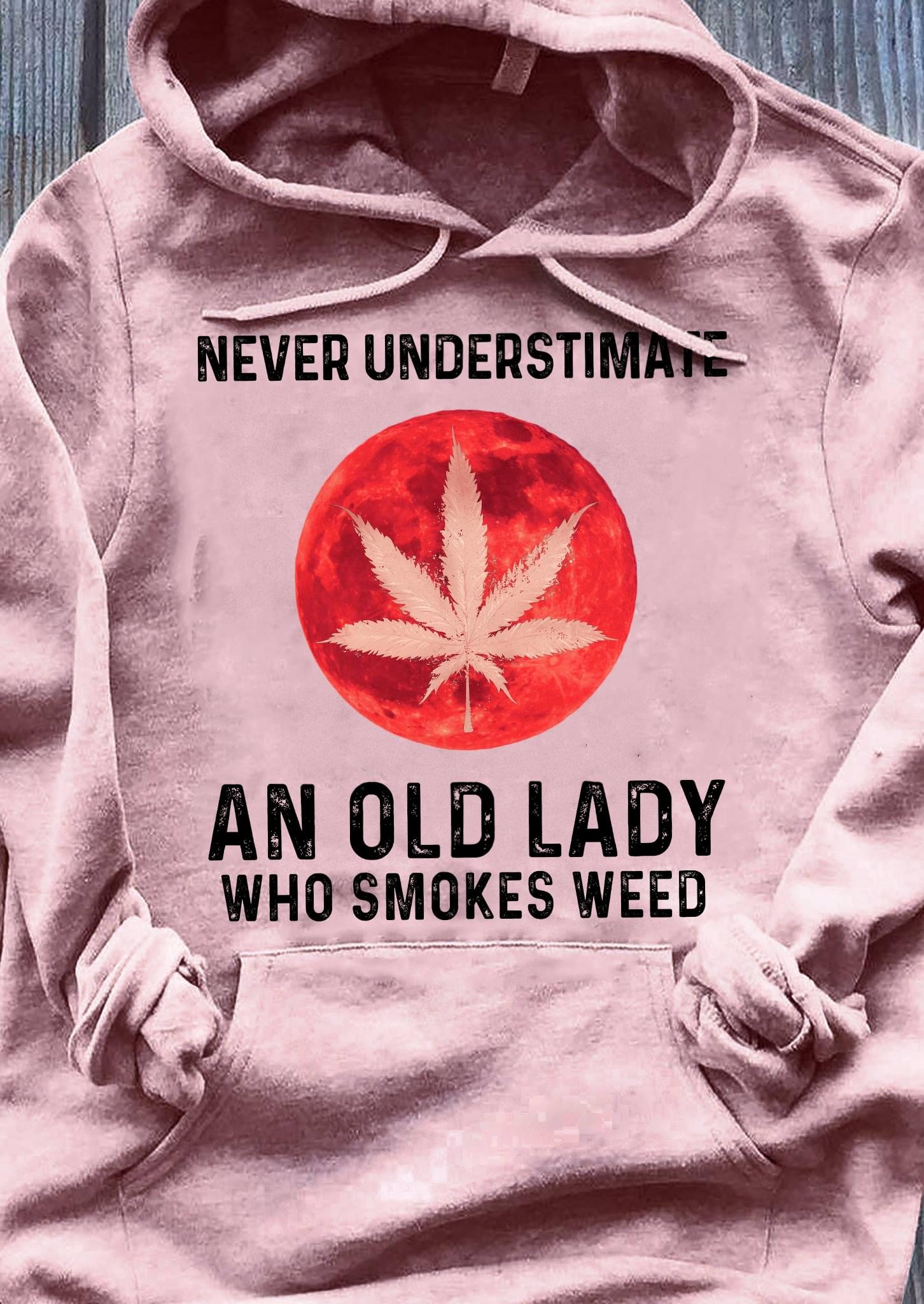 Never Understimate An Old Lady Who Smokes Weed cotton t-shirt Hoodie Mug