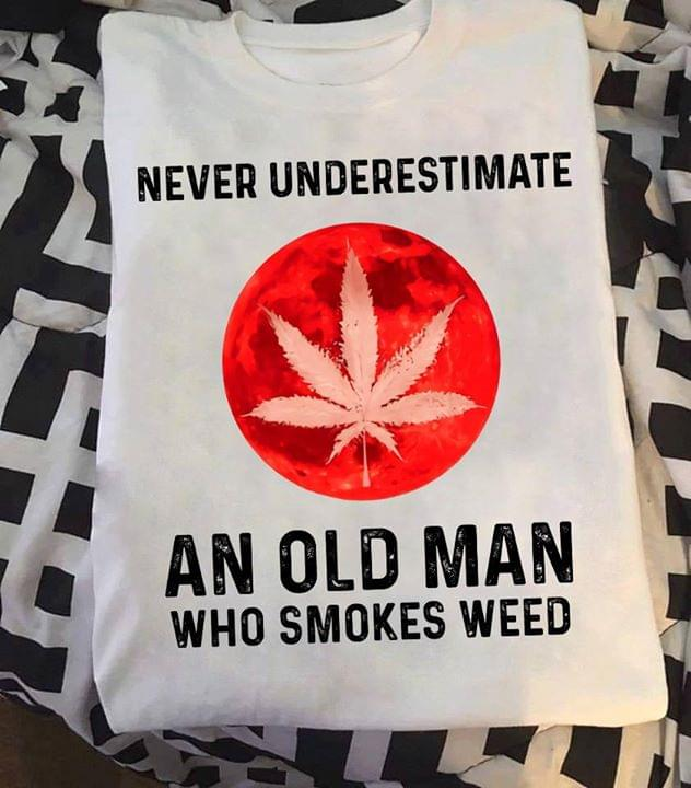 Never Underestimate An Old Woman Who Smokes We Ed For Stoner cotton t-shirt Hoodie Mug