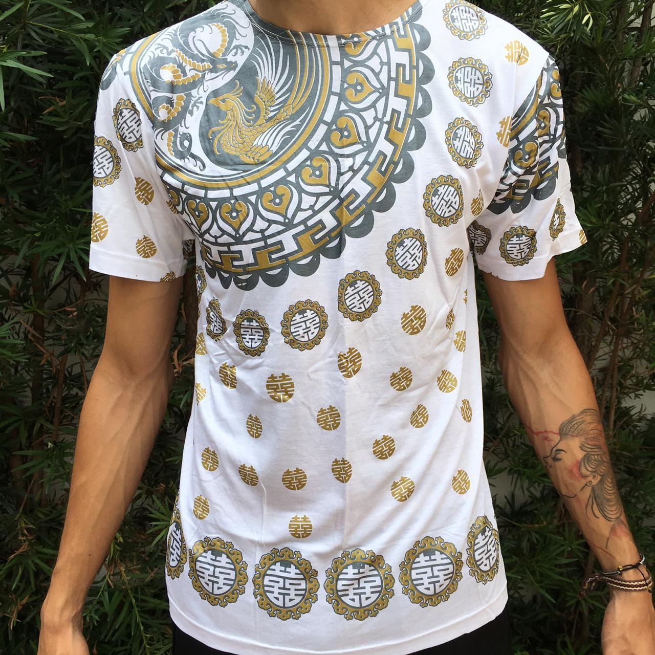 Camiseta estampa de fênix e dragão