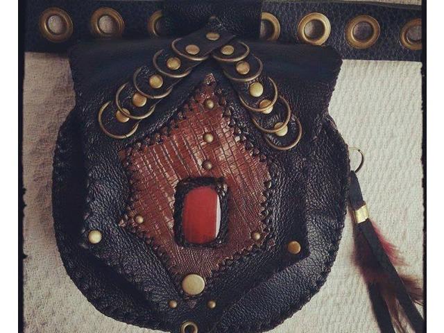 Cartucheira de Couro - Preta com Pedra Vermelha